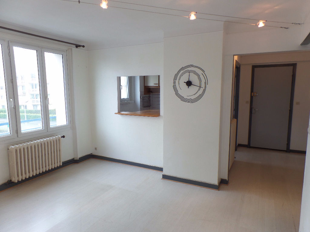 BREST STRASBOURG PLACE LOCATION APARTMENT T3 52m ² RENOVATED NEAR TRAM / SCHOOLS / BUS / SHOPS""