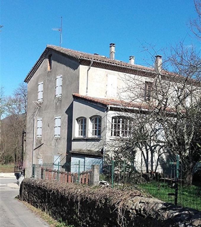 Grande maison sur 3 étages avec jardin et garage
