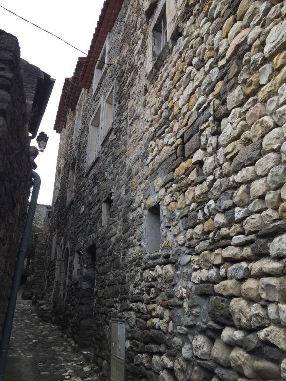 Maison de village à rénover en pierres