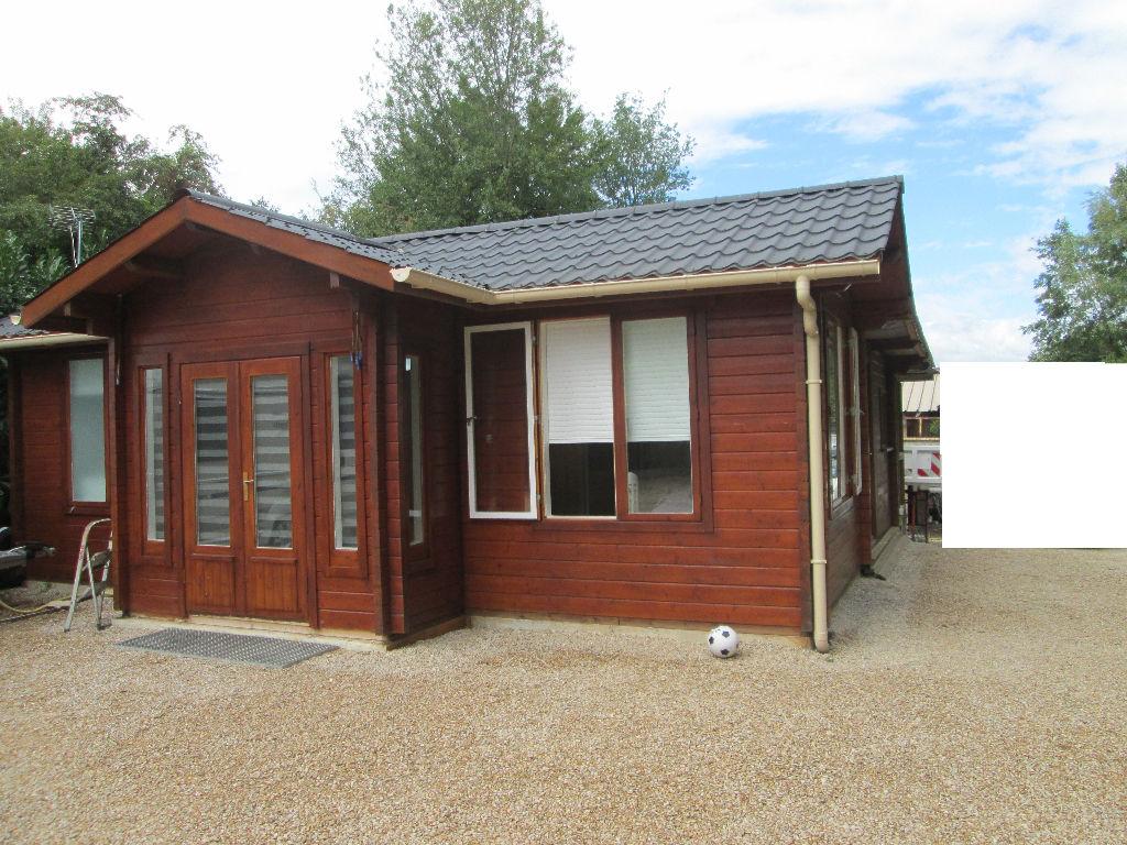 Maison bois, très bbelles prestations.  sur terrain de loisirs  viabilisé, de plus de 500 m2,. Clos.