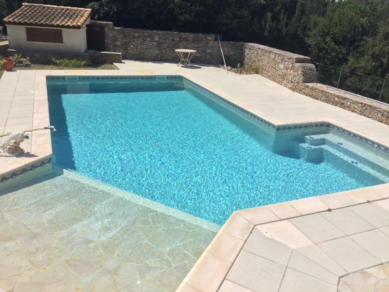 propriété avec piscine sur grand terrain en secteur protégé.