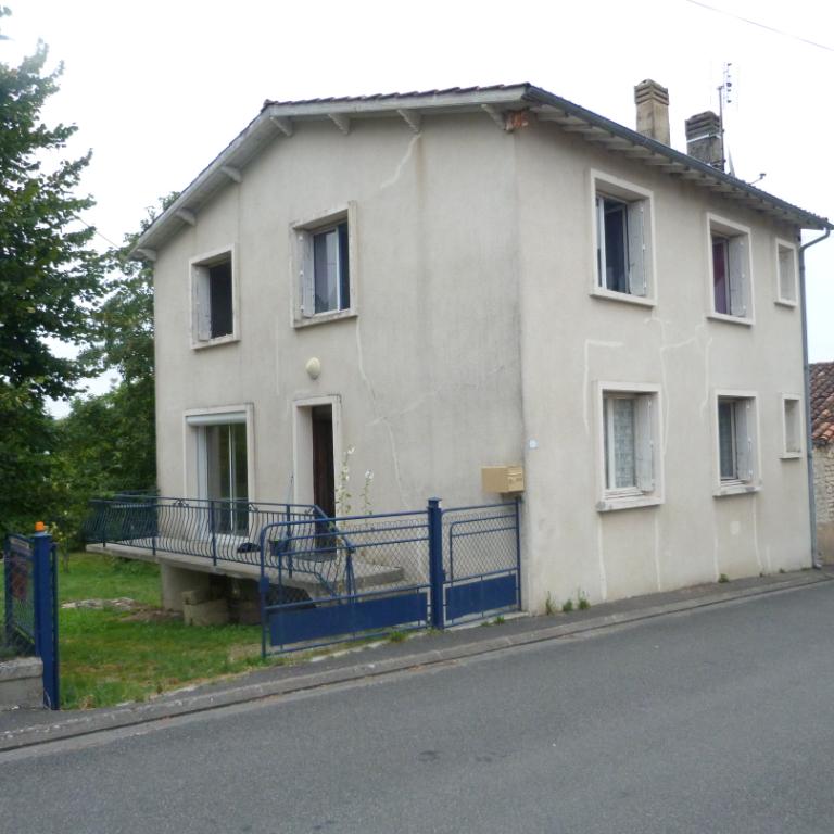 Maison sise à Montboyer 5 pièce(s) 105 m2