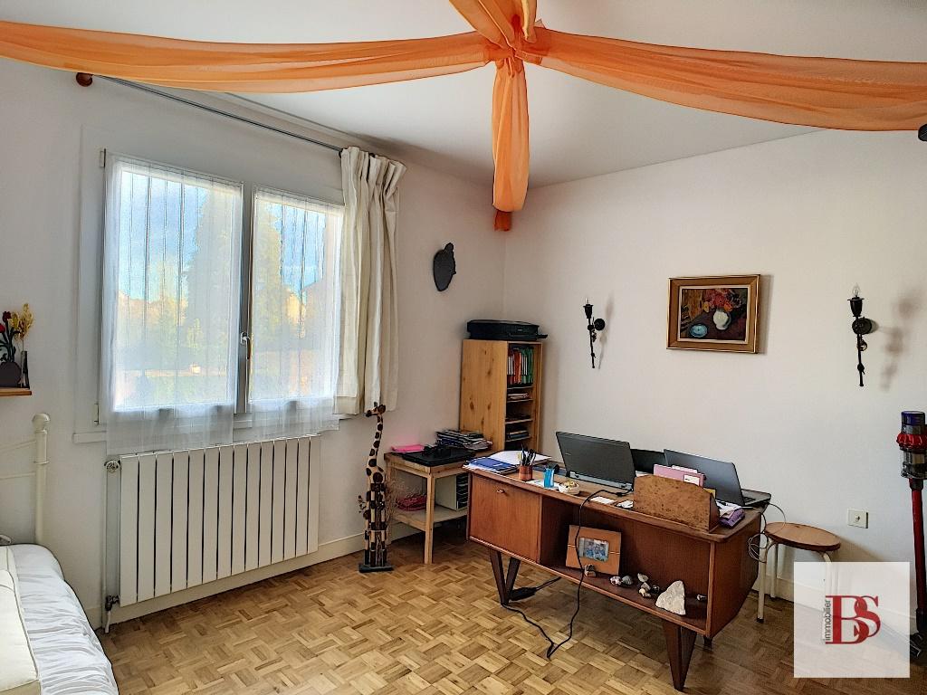 Maison conviviale 7 pièces sur sous-sol complet.
