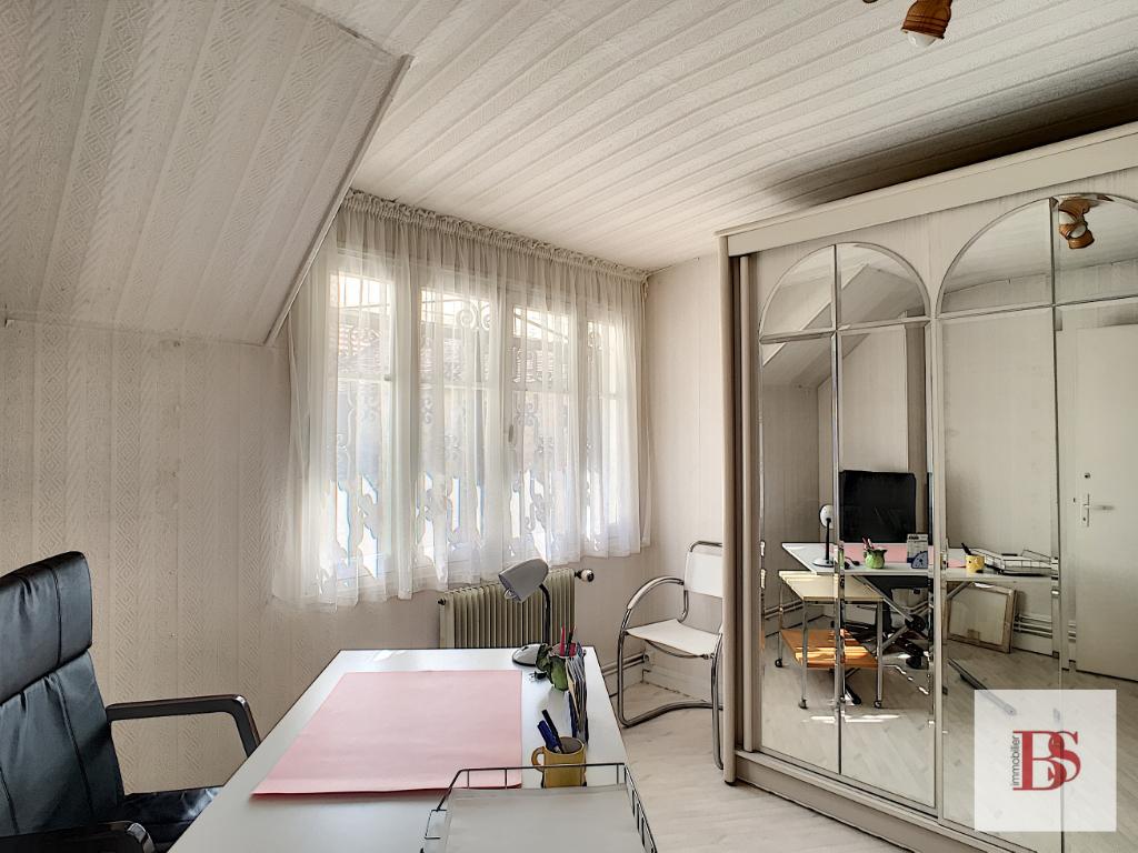 Maison de village ancienne, 77 m2, patio cave et atelier.