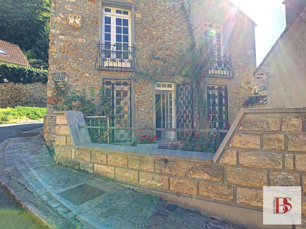 CHATEAUFORT. Maison ancienne en pierre.