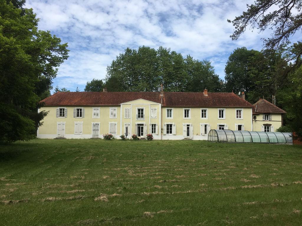 CHATEAU 380 m² habitables sur parc de 10  ha avec étang et piscine