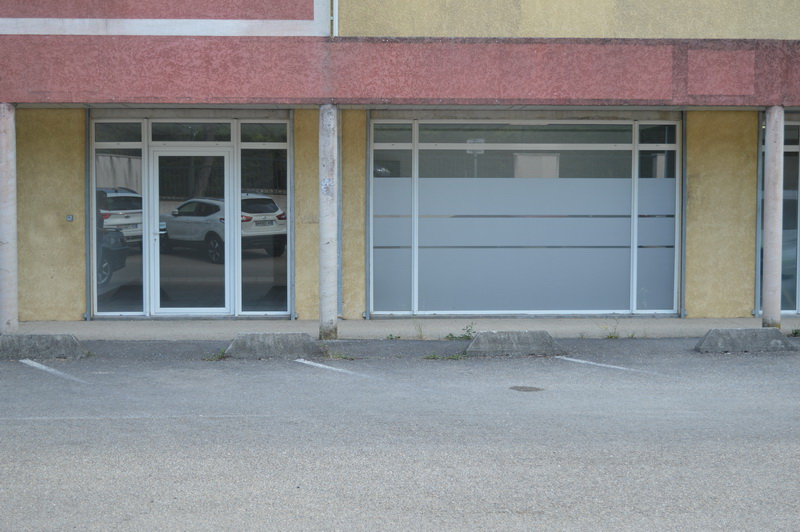 5 minutes d'Alès local commercial  61m2 parking
