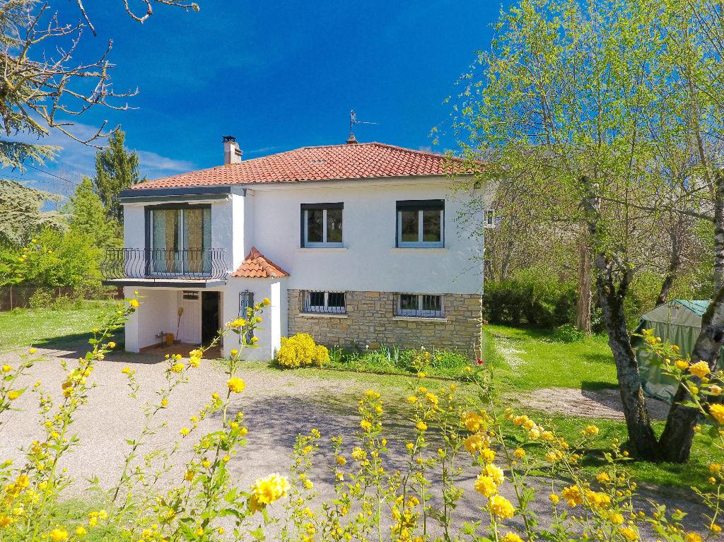 Maison 6 pièces, environ 100 m2, sur parc arboré, clôturé de 2.360 m2, à 2 mn du centre de Cahors.