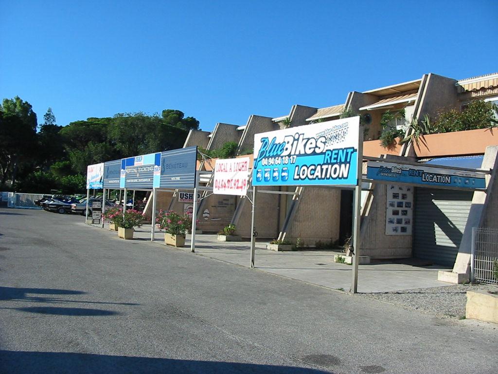 Murs commerciaux libres. face au casino. Port de Cavalaire