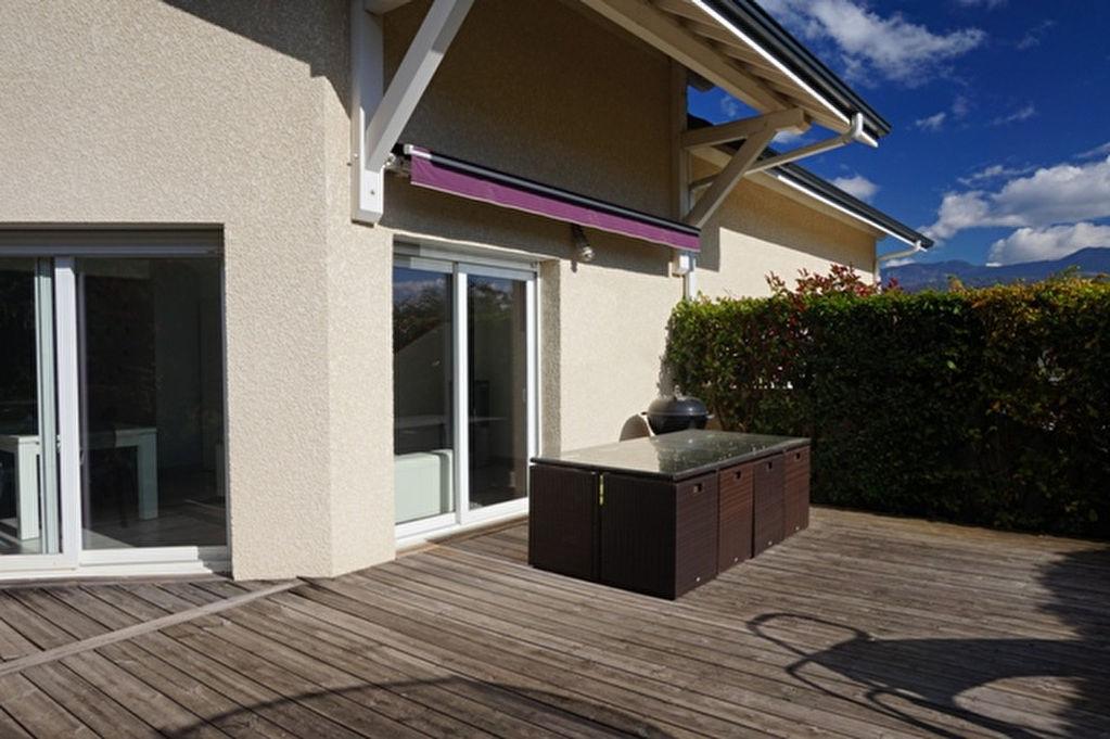 Maison avec vaste terrasse et garage