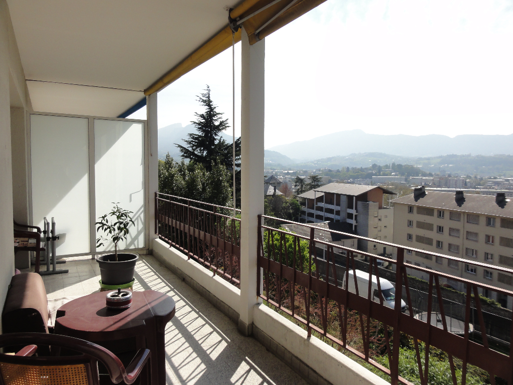 T2 de 49 m² avec belle terrasse et vue dégagée sur les montagnes.