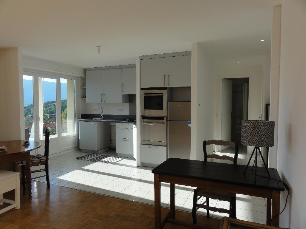 T2 meublé de 49 m² avec belle terrasse et vue dégagée.