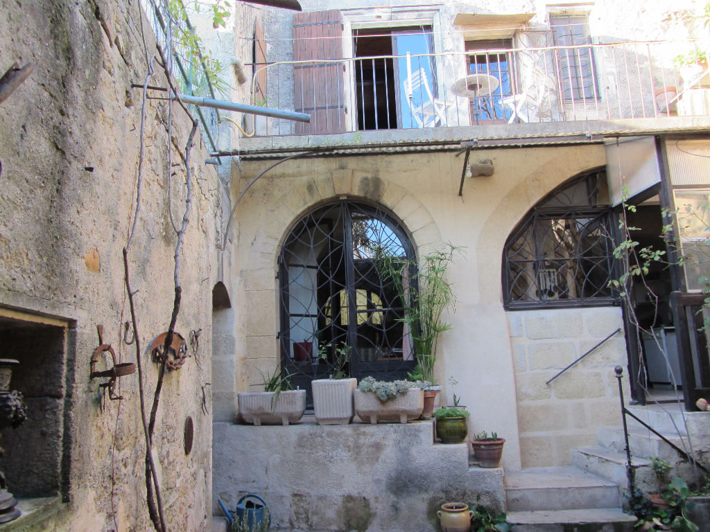 Maison de village avec cour, terrasse et remises