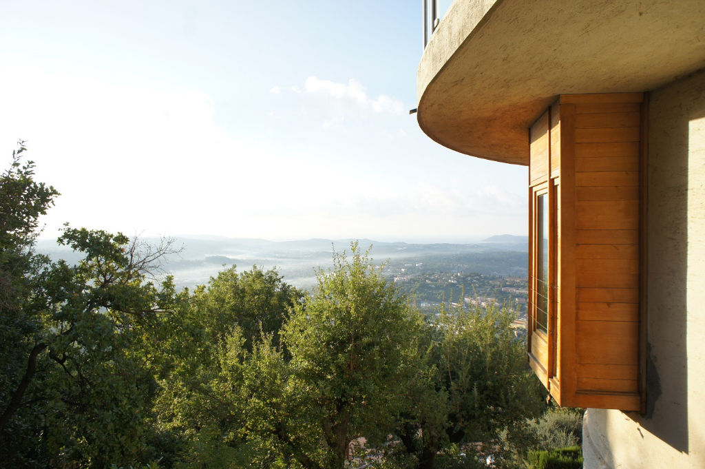 Grasse limite est, vaste appartement de 115 m2 environ dans VILLA belle vue mer