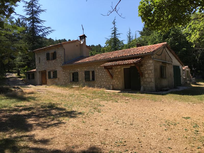 Grasse La malle limite Saint vallier Maison en pierre sur un terrain de neuf hectares environ