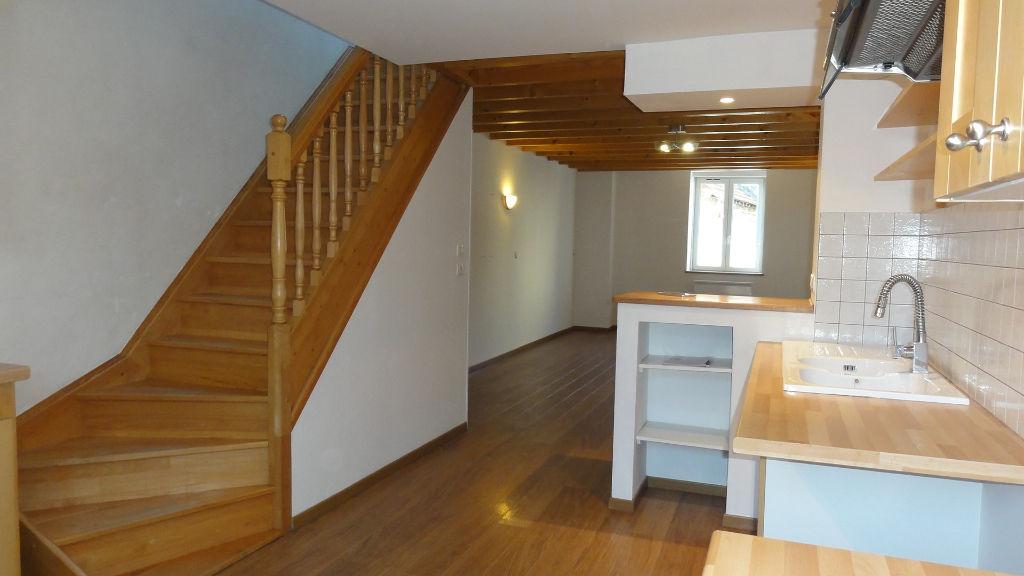 PORCIEU-AMBLAGNIEU - Maison de village T3 de 87 m2 - garage, cour
