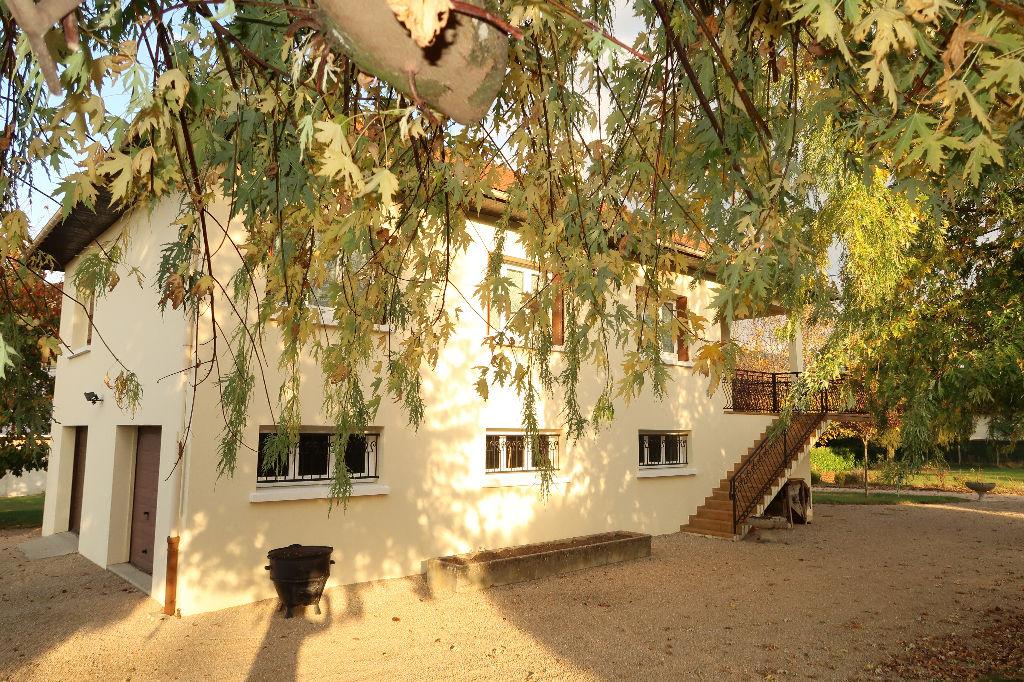 A 2 min LAGNIEU - Villa traditionnelle T6 de 150 m² sur terrain 2210 m²