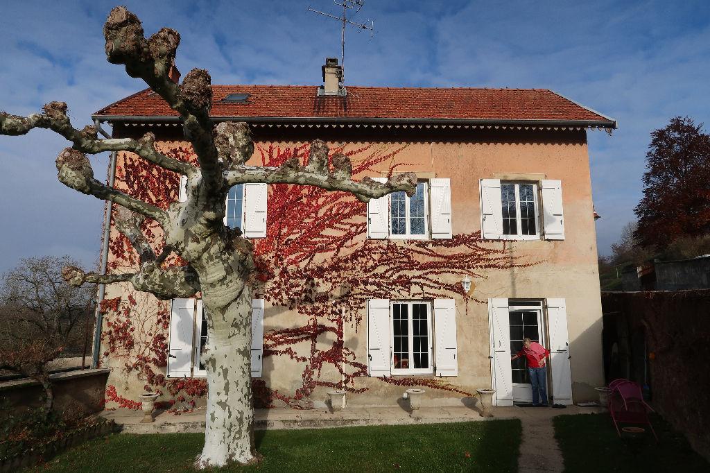A 15 min de LAGNIEU - Maison de ville T7 de 150 m² avec terrain de 1160 m²