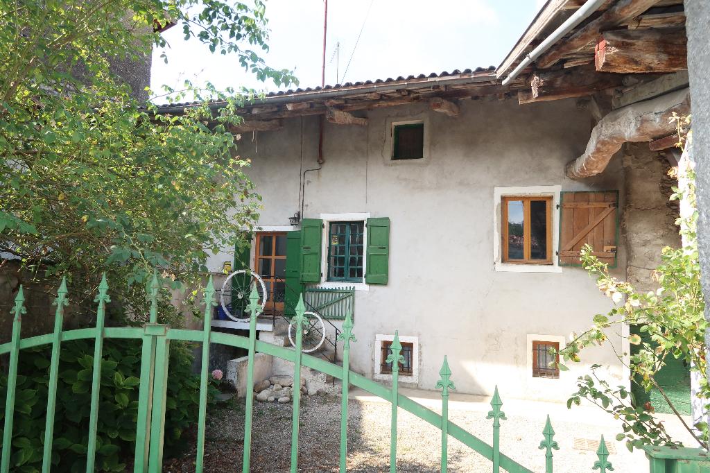 LEYMENT - Grande maison de village avec terrain