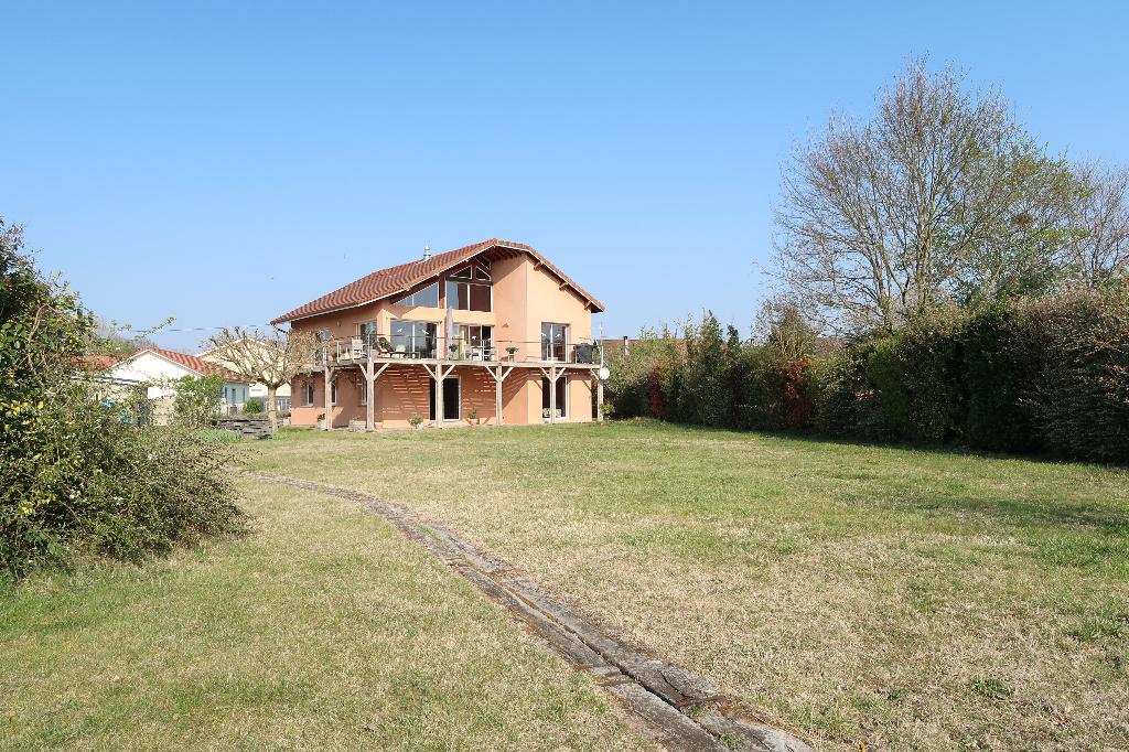 10 MIN LAGNIEU - VILLA D'ARCHITECTE T6 avec terrain de 3800 m²