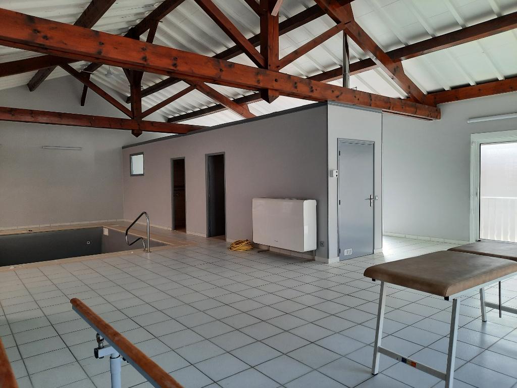 MEXIMIEUX - Local Kiné de 150 m² avec piscine - parfait état - parking