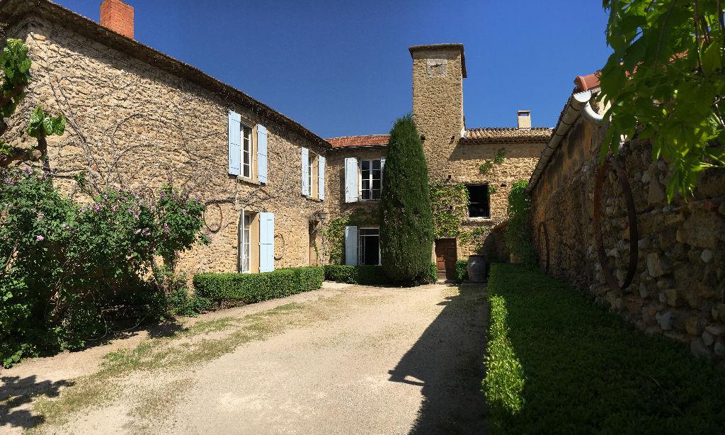 Château en pierres du XVIème siècle à Uchaux