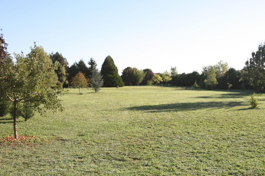 AVANTON terrain constructible de 3000 m2 sans vis-à-vis avec terrain de tennis