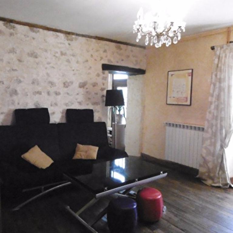 Saint Benoit bourg   - Ancienne écurie rénovée  81 m2 - 2 chambres   - Terrain 330m².
