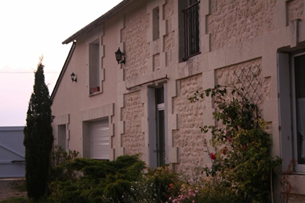 PROCHE MIREBEAU TRES BELLE LONGERE BEAUCOUP DE CACHET PRESTATIONS HAUT DE GAMME