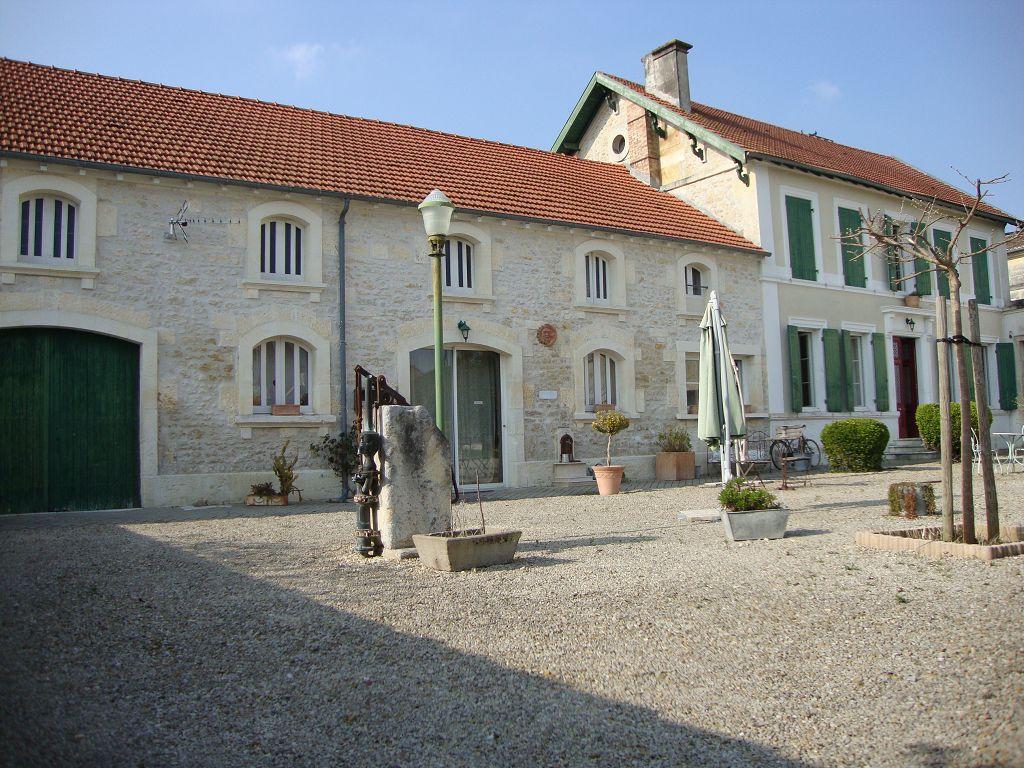 Brizambourg  (17) - Belle propriété au coeur du bourg