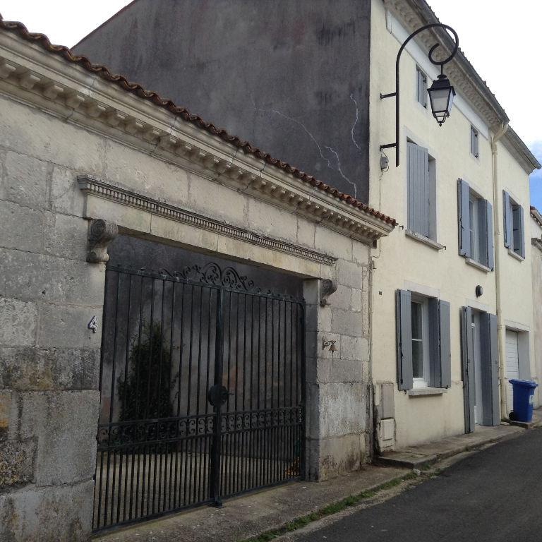 Maison charentaise de bourg (17)