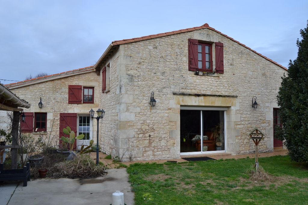 Maison dans la campagne de Saintes (17)
