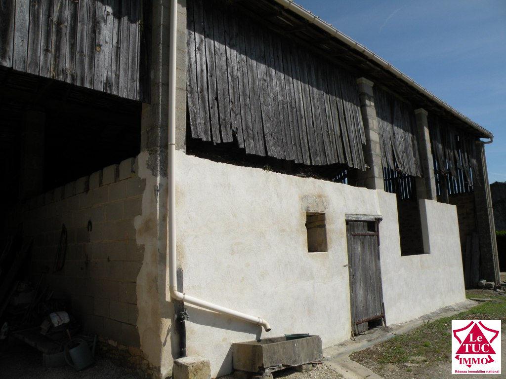 ST AUBIN DE BLAYE Bâtiment en pierres 140 m² sur 400 m²