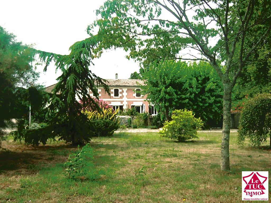 Jolie propriété en pierre sur parc de 8079 m² - St André de Cubzac