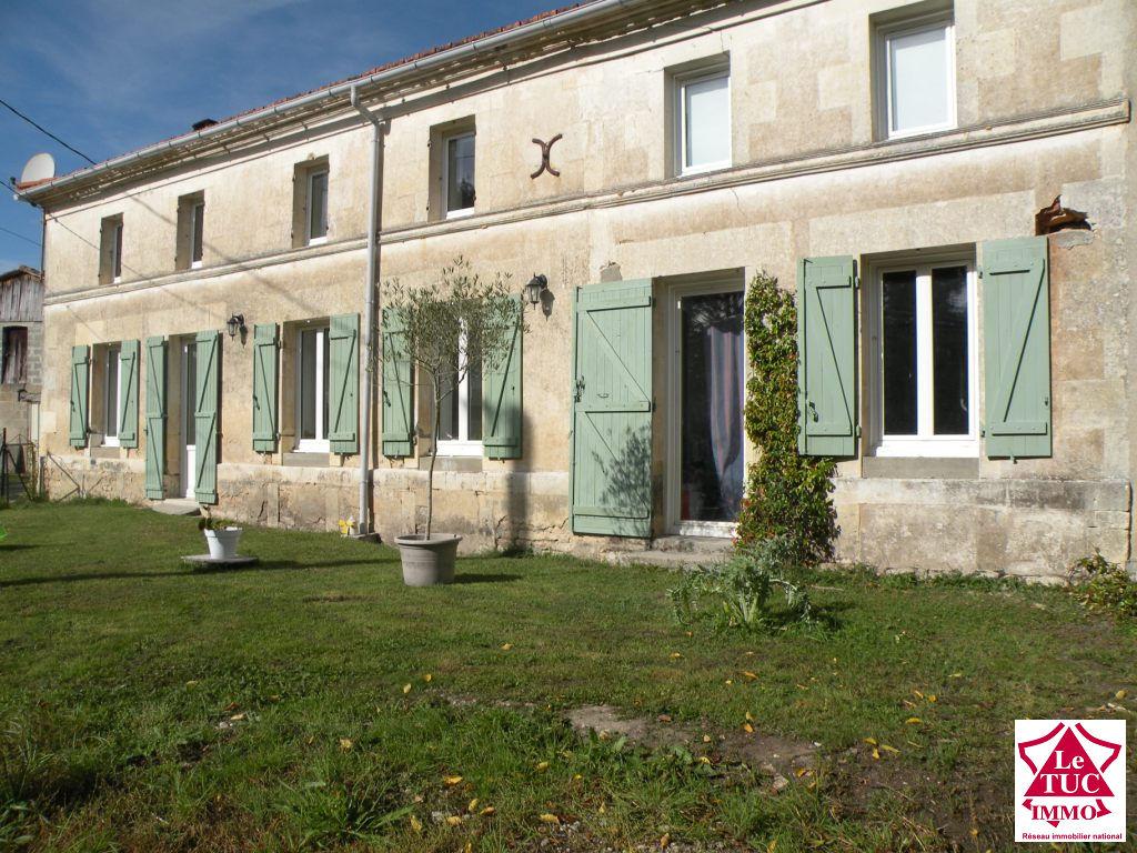 ST AUBIN DE BLAYE Longère en pierres 180 m²  3 chbres