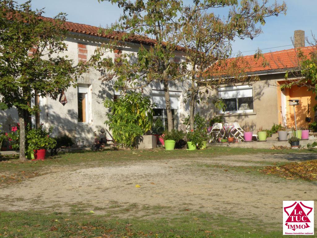 PROCHE ST CAPRAIS  DE BLAYE Maison 180 m2  sur 4 000 m²
