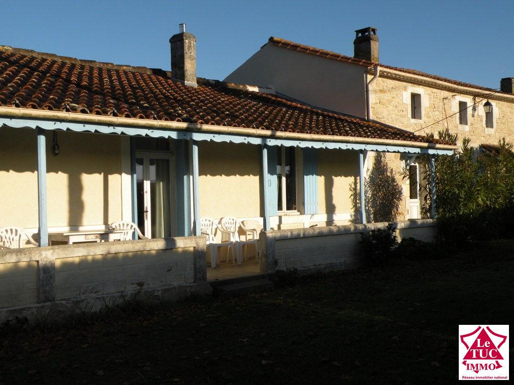 ST CAPRAIS DE BLAYE  Maison en pierres 300 m² sur 7800 m²